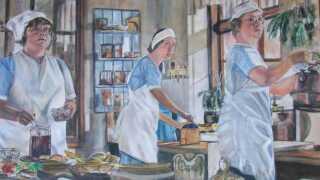 Vagn Eriksen har malet billedet her af tre af køkkenpigerne fra 'Badehotellet'. Det tog ham godt 30 timer. (© Maleria af 'badehotellet' af Vagn Eriksen)