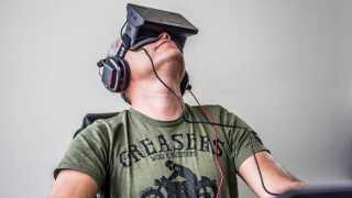 Et moderne Virtual Reality-headset i brug.