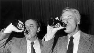 Poul Schlüter (K) og Anker Jørgensen (S) drikker øl under et valgmøde i 1983. Året inden havde Jørgensen overladt regeringsmagten til Schlüter.