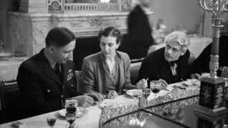 Kronprinsesse Ingrid sammen med den konservative udenrigsminister John Christmas Møller (th) og den engelske wing commander i RAF, Arthur Tedder, ved en middag på Christiansborg efter Danmark befrielse i maj 1945.