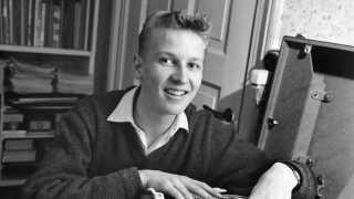Jørgen de Mylius fik som 17-årig arbejde i Danmark Radio og var vært på programmer som 'Top 20' og 'For de unge'.