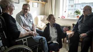 Grethe Poulsen på 70 år har været syg kastebold mellem plejehjem og hospital i Herlev. Det er hendes mand Frede Poulsen på 80 år utilfreds med og derfor er SHS Team sygeplejerske Anne Darmer Christensen tilkaldt. Fra venstre er det Grethe, Sosu-medhjælper Michael, sygeplejerske Anne og Grethes mand Frede. Fotograferet torsdag den 19. marts 2015.