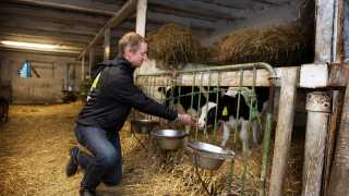 Landmanden Ole medvirker i 'Landmand søger kærlighed'. Men han har en stor hemmelig, der overrasker de to kvinder, han har mødt gennem programmet.