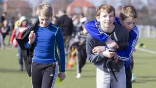 Her er første træning med ZXY-teknologien slut for 5. klasserne på Søndermarkskolen. Drengen forrest bærer sit målebælte i hånden.