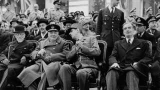 Her ses den franske general Charles de Gauelle (th. i midten), mens han taler med Winston Churchill (tv. i midten). De Gaulle var leder af den franske eksil-regering 'Frit Frankrig', der under anden verdenskrig operede fra London, mens Frankrig var besat af tyskerne.