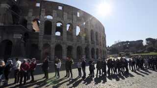 En del danskere besøger Rom i påskeferien. Her er der ofte kø for at komme ind og se colosseum, der er en af hovedattraktionerne i den italienske hovedstad.