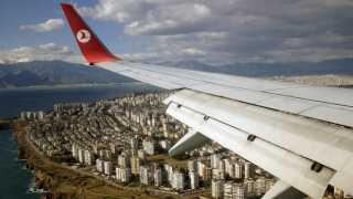 Et Turkish Airlines-fly er ved at lande i den tyrkiske by Antalya. Destinationen er kendt for sol og strand, som mange søger i påsken.