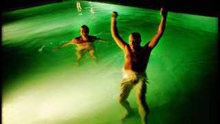 Billederne af en nøgen Peter Aalbæk i poolen i Cannes, da pressen var inviteret til fest i forbindelse med premieren på 'Dancer in the Dark'