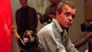 Sådan så det ud, da Michael Brammer udstillede udstoppede hundehvalpe i 1994. Udstillingen hed 'Tro, Håb og Kærlighed med Venner'.
