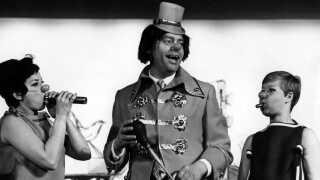 Dirch Passer som russisk klovn i Cirkusrevyen i 1967. Her hjælpes han af Lily Broberg og Daimi.