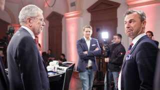 Modstanderne Norbert Hofer (th.) og Alexander Van der Bellen ved en østrigsk tv-debat.
