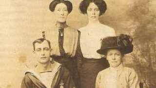 Harry Gasson havde 13 søskende. Her sammen med sin mor og to søstre året før han døde.