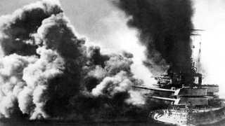 """Kampen ud for Vestkysten var voldsom. Et britisk skib skyder mod et tysk. """"Skydningen var så heftig, at Folk stod ud af deres Senge og ilede ned til Stranden"""", skriver Politiken tre dage senere."""