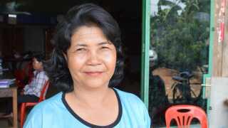 Ven Ra blev soldat i De Røde Khmerer, da hun var 12. I dag synes hun stadig, at Cambodjas brutale diktator, Pol Pots, politik var god.