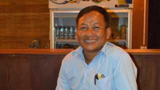 Sou Kimsans forklaringer skifter lidt, når han fortæller om sin tid som Rød Khmer. Men en ting er helt sikkert: Han var med i bevægelsen i 25 år, sad med til strategimøde med Pol Pot, havde sin egen deling og under folkemordet i Cambodja, havde han ansvaret for risproduktionen.