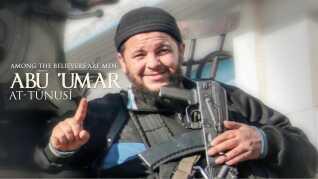 Pegefingeren der skal sympatisere monoteisme - troen på én - og kun én Gud - ses her praktiseret hos en anden IS-sympatisør i terrororganisationens blad.