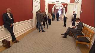 Richard Hanlov (t.v.) over for skatteminister Karsten Lauritzen (V) kort før samrådet går i gang.