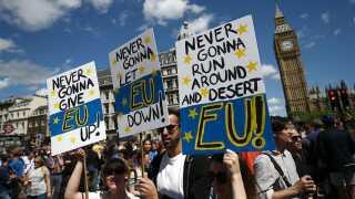 Protestbannere inspireret af Rick Astleys hit fra 1987 ' Never Gonna Give You Up'.