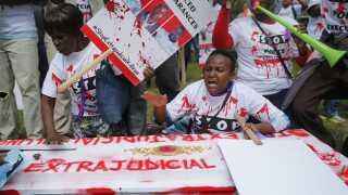 """""""Stop udenretslige drab"""" stod der på den falske ligkiste, som de omkring 300 demonstranter bar under dagens demonstration i Nairobi."""
