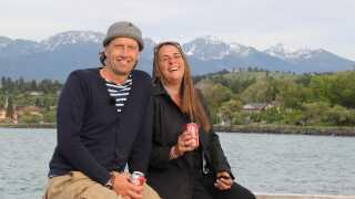 Der er visse steder i Danmark, folk tror, Anne Hjernøe og Anders Agger er kærester. Og det er de selv skyld i, ved de to kolleger og gode rejsevenner godt.