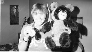 Susanne Nielsson med sin OL-medalje og Mischa, der var maskot under Legene i 1980.