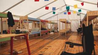 Sådan ser teltet ud indeni - her sover 30 Smukfestgæster - mange af dem er taget alene på festival, men har i teltet fundet et fællesskab.