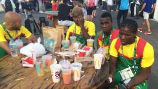 En flok atleter fra Cameroun fik stillet sulten, men var ikke meget for at snakke om deres besøg på McDonalds.