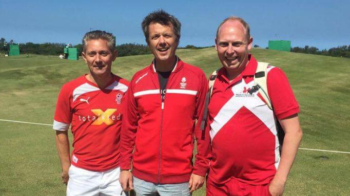 Brian Videbæk (t.v.) og Arne Stampe poserer sammen med HKH Kronprins Frederik på den olympiske golfbane.