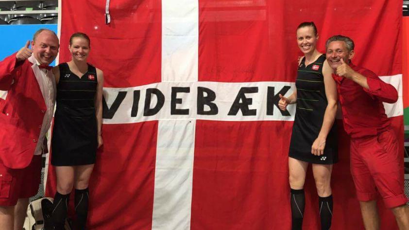 Arne Stampe (t.v.) og Brian Videbæk med den danske badminton-sølvduo Christinna Pedersen og Kamilla Rytter Juhl og det danmarksberømte flag.