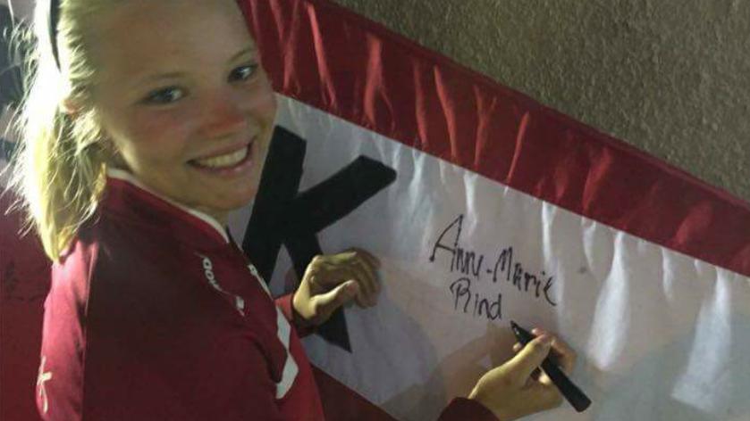 Den bronzemedaljevindende sejler Anne-Marie Rindom er en af de atleter, der har sat sin signatur på Videbæk-flaget.