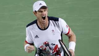 Andy Murray jubler efter finalesejren over Juan Martin del Potro fra Argentina.