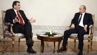 Ruslands præsident, Vladimir Putin, taler her med den tidligere tyske kansler Gerhard Schröder, der blev medlem af Nord Streams bestyrelse kort efter sin afgang som kansler. REUTERS/RIA Novosti/Pool/Alexei Druzhinin