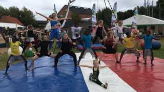 Unge gymnaster underholder på Kulturpladsen.