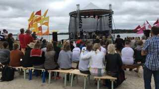 Den store scene nede ved Kulturfjorden tiltrækker mange mennesker.