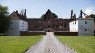 Det er kun ydermurene, der stadig står på Sparresholm Slot. Indvendig ligger det 400 år gamle slot i ruiner.