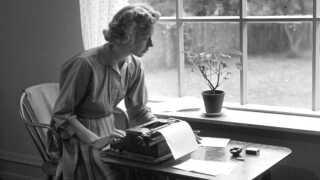 Tove Ditlevsen var én af de kvindelige forfattere, der særligt tog udgangspunkt i sit eget liv. Hendes værker er blevet fortolket både gennem film og teater gennem årene, men det er især de sidset par år, at hendes litterære værker har fået renæssance.