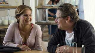 De tre venner i 'Klassefesten 3' tager på singlehøjskole for at skaffe  Anders W. Berthelsens rolle en kæreste. Og her møder han Stephania Potalivos karakter.
