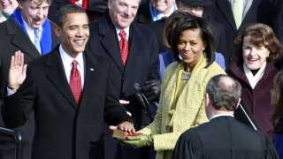 Indsættelsen af en præsident er en betydningsfuld rituel begivenhed i USA, skriver Brian Arly Jacobsen. Typisk foretager præsidenten edsafsigelsen med venstre hånd placeret på en bibel. Her er det Barack Obama, der afsiger den præsidentielle ed i 2009.