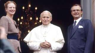 I 1989 besøgte Pave Johannes Paul II Sverige, Norge og Danmark. Her mødte han regentparret, som han her ses sammen med ved Roskilde Domkirke.