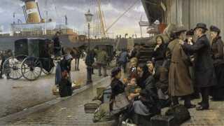 Maleriet fra 1890 af Edvard Petersen (1841-1911) har titlen 'Udvandrere på Larsens Plads' og skildrer danskere, der venter på at gå om bord på skibet til Amerika.