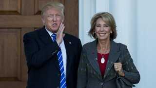 Detsy Devos ses her sammen med Donald Trump.