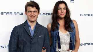 Forbindelsen mellem Magnus Carlsen og filmen Armageddon er faktisk større end som så. I 2010 stod han på den røde løber ved New York Fashion Week sammen med filmstjernen Liv Tyler, der rent faktisk medvirker i katastrofefilmen.