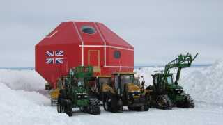 De enkelte moduler står på stylter, som er udstyret med kæmpestore ski. Det betyder, at de kan trækkes rundt på isen af store traktorer med larvefødder. Her er det basens største modul, da det blev flyttet til den nuværende placering.