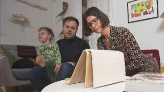 Michael og Henriette Rasmussen kigger på nogle videoer, de har taget af Simon under hans anfald.