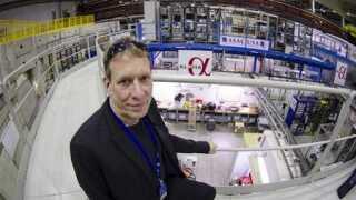 Jeffrey Hangst har forsket i antistof i 23 år. Han leder forskergruppen ALPHA-2, der som den første har belyst antibrint med laserlys og derved udført spektroskopiske målinger.