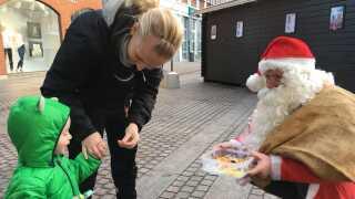 Julemand Ib Olesen har en fortid som pædagog, så han er god til at komme i kontakt - og øjenhøjde - med de mindste.