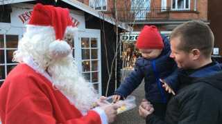 Det koster 200 kroner at få besøg af julemanden fra Glyngøre. Pengene går ubeskåret til Julemærkefonden, da Ib Olesen selv har været barn på et julemærkehjem.