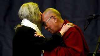Patti Smith kysser Dalai Lama under sin koncert på Glastonbury Festival i England, juni 2015.