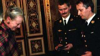 Dronning Margrethe overrækker den 24. november 1998 Ebbe Munck' Hæderspris til Oberstløjtnant Lars Reinhardt Møller (tv) og seniorsergent Erik Kirk, som begge deltog i træfning i Tuzla i Bosnien i 1994.