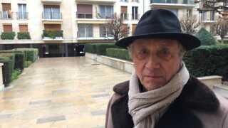 Gérard Simonet foran lejlighedskomplekset hvor han bor i Paris' historiske Marais-kvarter.